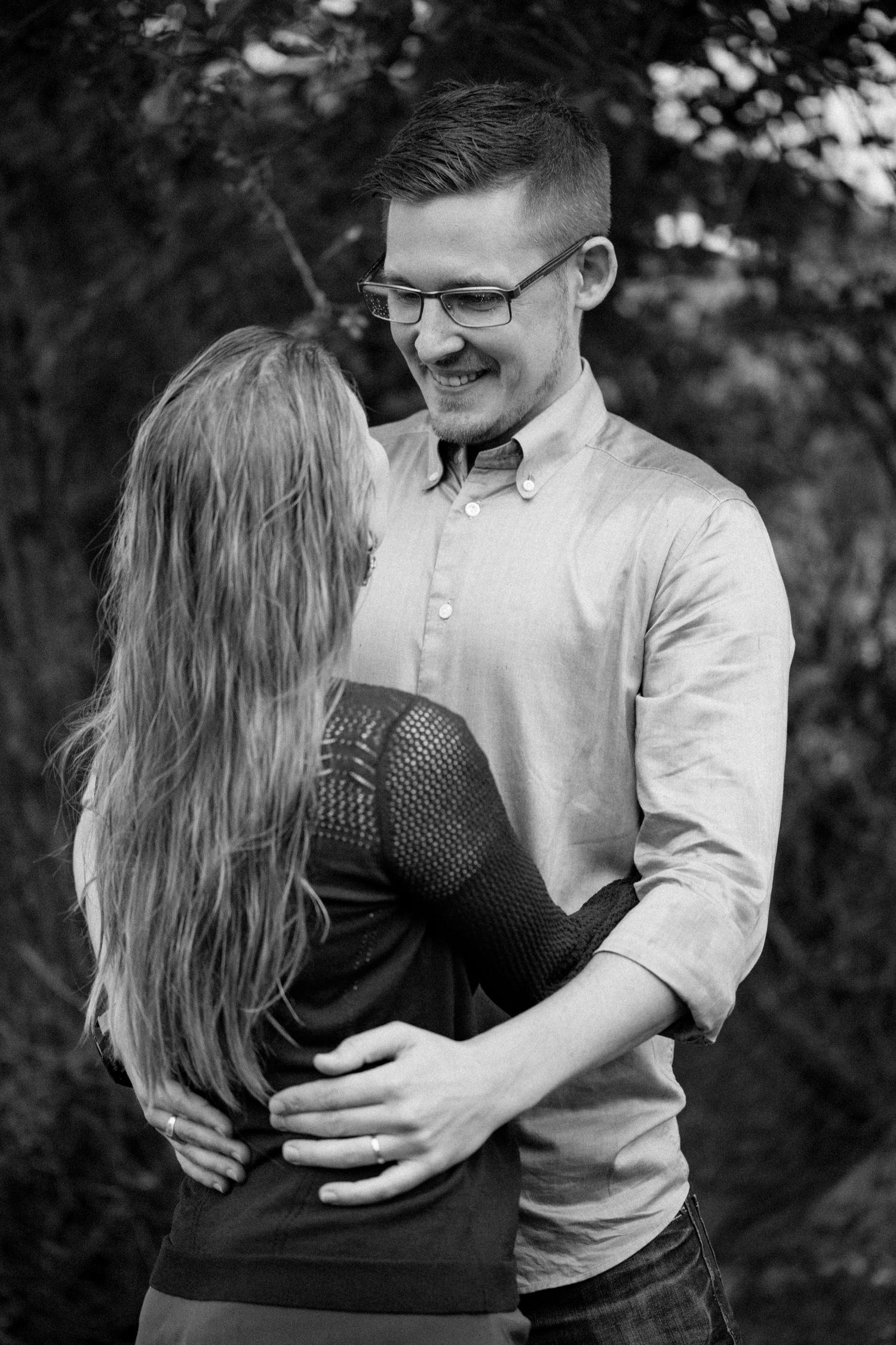 Svartvitt foto på blivande makar under deras provfotografering i Yngsjö, Skåne. Fotograf är Tove Lundquist.