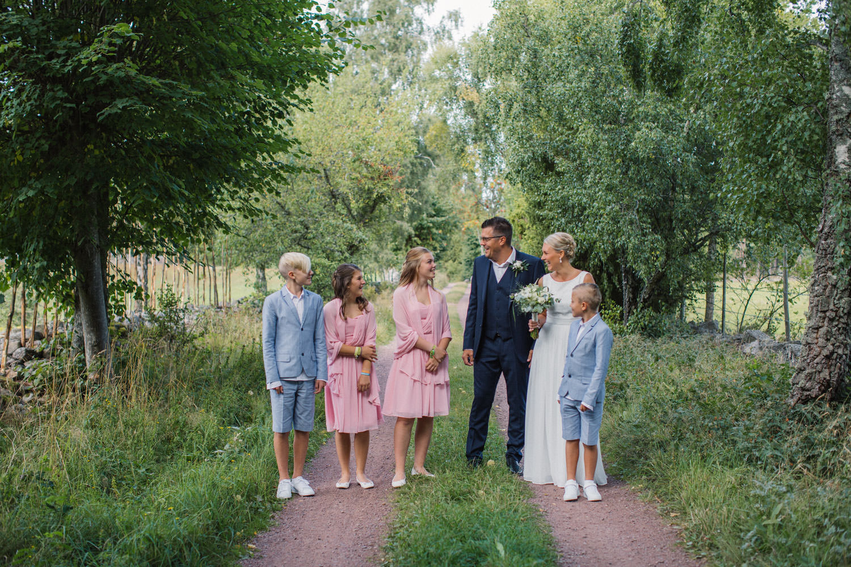Busiga porträtt på familj före bröllop i Mönsterås. Plats är Lövö. Brudklänning från Sofia Moore, kostym från Dressmann. Brudgums skor från Din Sko, brud skor från Zalando. Pojkarnas kläder från HM, flickornas klänningar från Sofia Moore. Barnens skor från Skopunkten.