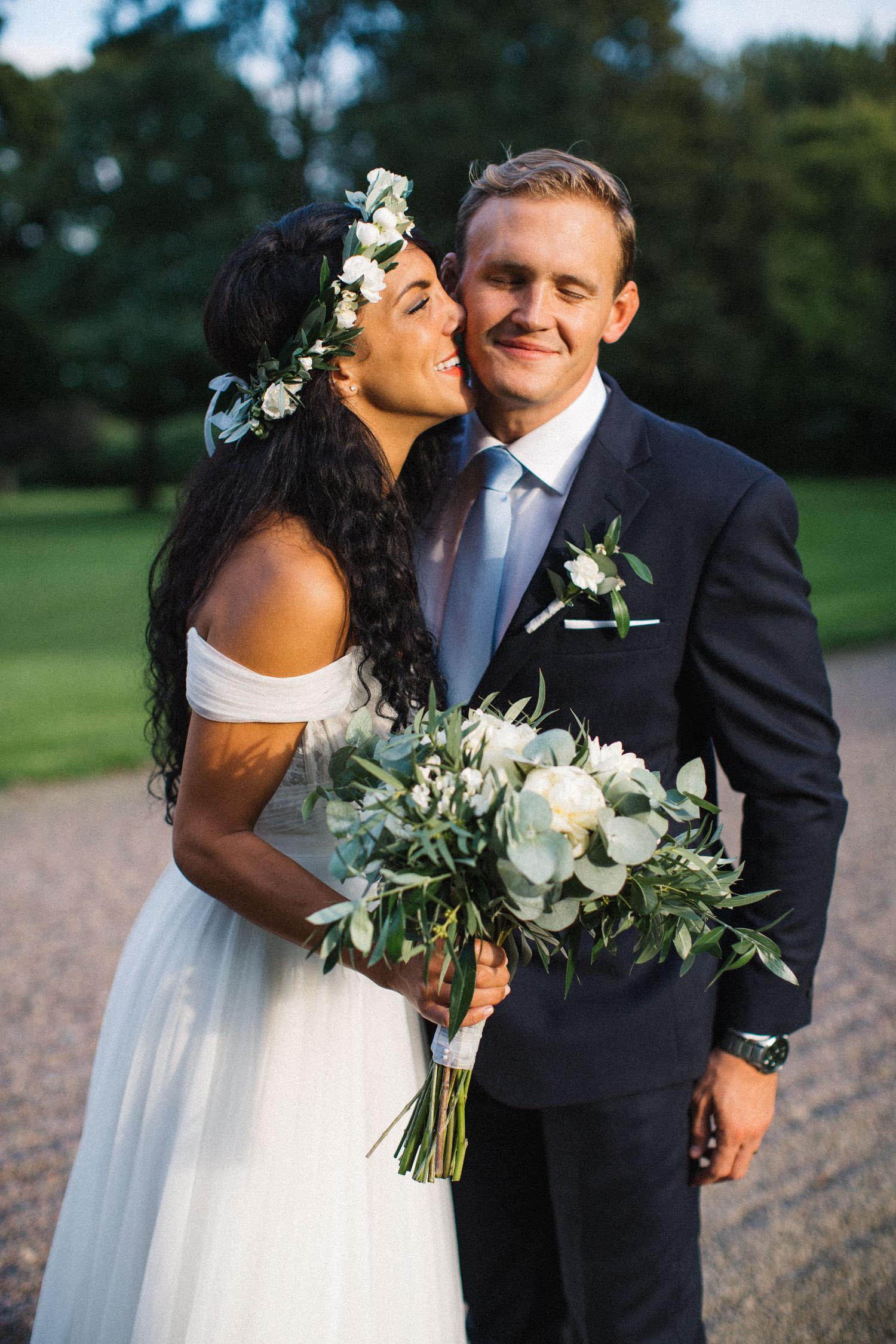 Brudpar står i trädgården på Trolleholms slott. Lilla Hult Blommor i Ängeholm är floristen.