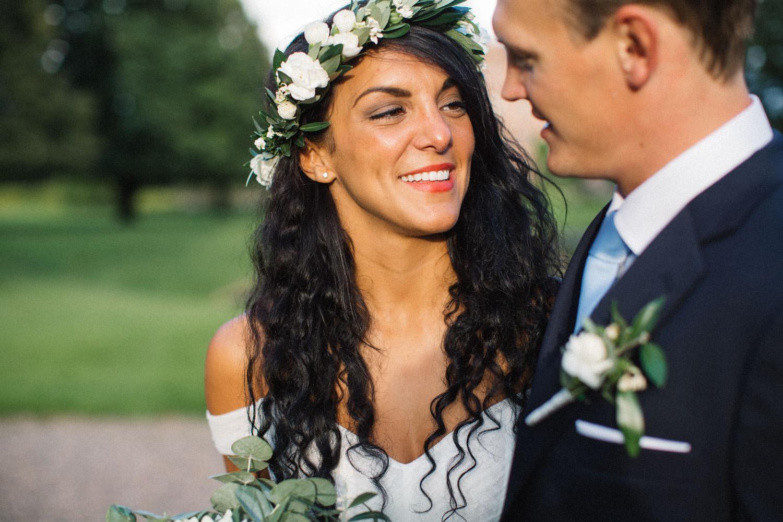 Brudpar står i trädgården på Trolleholms slott. Lilla Hult Blommor i Ängeholm är floristen. Tove Lundquist är fotograf.