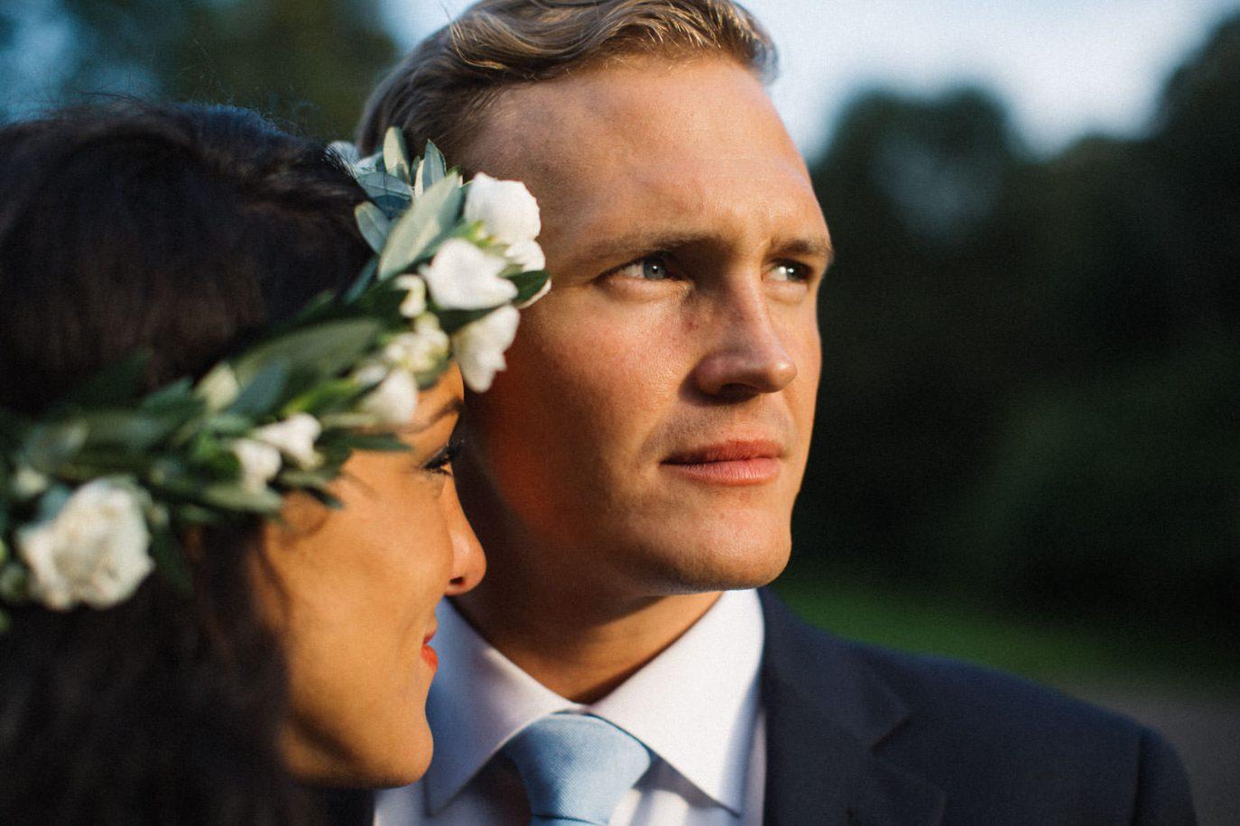 Brudpar Ashley och Christoffer Ljungbäck står i trädgården på Trolleholms slott. Lilla Hult Blommor i Ängeholm är floristen. Tove Lundquist är bröllopsfotograf Sverige.