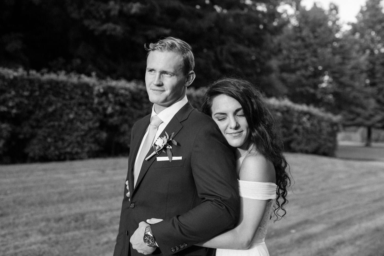 Porträtt på brudpar Ashley och Christoffer Ljungbäck i Trolleholms slott trädgård.