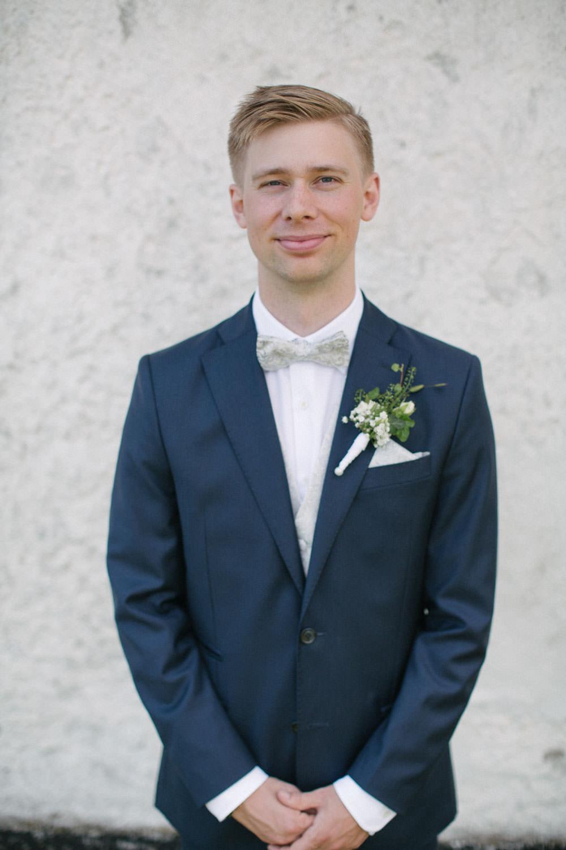 Kostym från J.Lindeberg. Väst, fluga och näsduk kommer från Splendor skrädderi i Borås. Florist är Strandblomman Beddingestrand. Foto: Tove Lundquist, bröllopsfotograf Smygehuk.