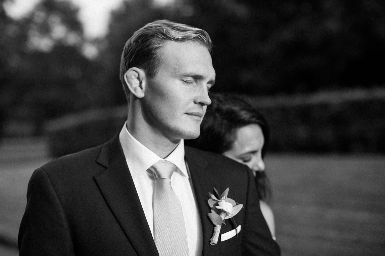 Svartvitt porträtt på Christoffer och Ashley Ljungbäck i Trolleholms slott trädgård.
