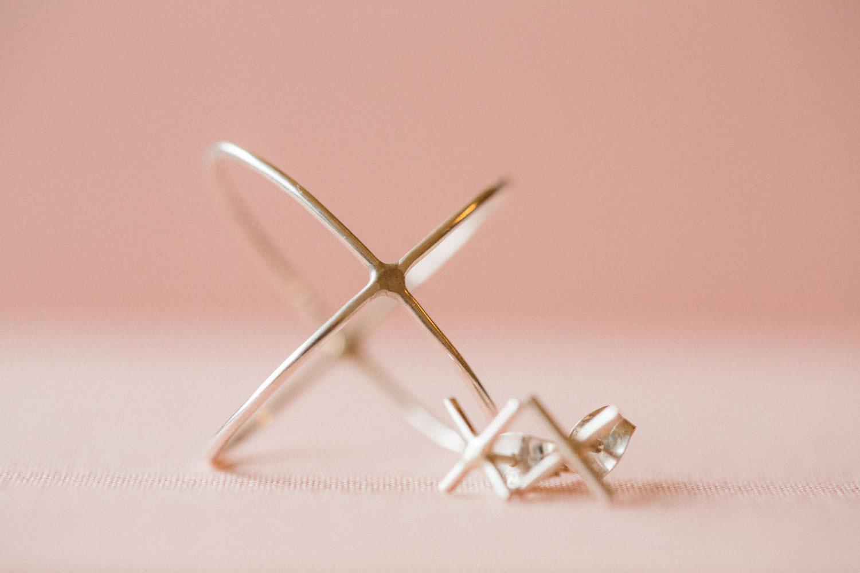 Kryssring samt kryss örhänge från ENfamilj i Malmö. Jon Ek har designat smycket.