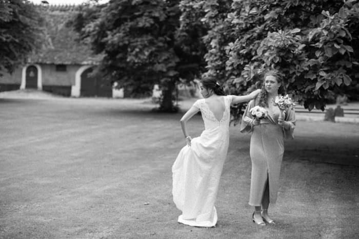 Svartvitt foto på brud och brudtärna, Borgeby Slott, Bjärred. Foto av dokumentär bröllopsfotograf Tove Lundquist i Malmö, Skåne.