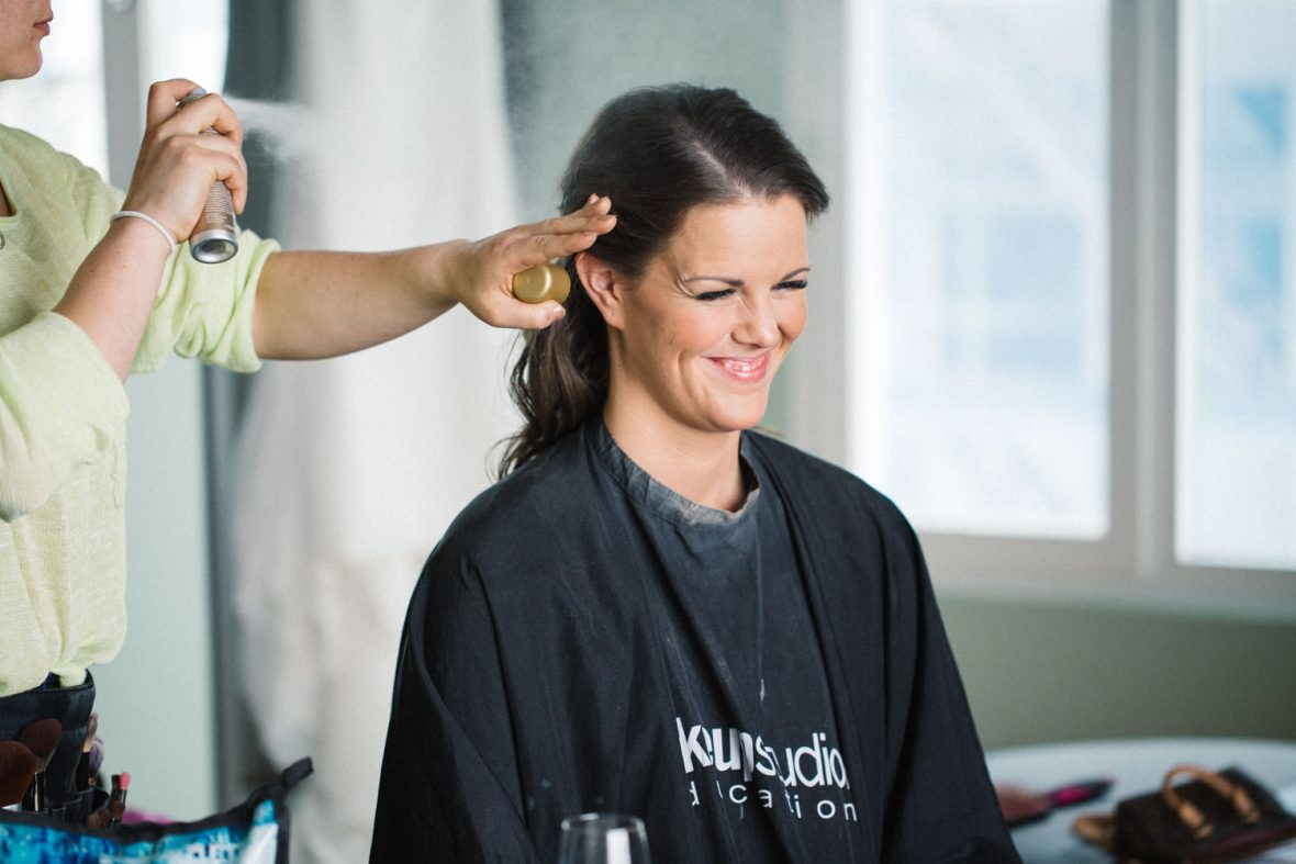 Dokumentär bild på brudtärna och MUA under brudens förberedelser på Radisson Blu Metropol Hotel, Helsingborg. MUA är Cecilia Tram - Beautyfreak.