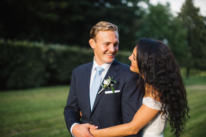 Porträtt på Christoffer och Ashley Ljungbäck, Trolleholms slott i Skåne. Tove Lundquist är bröllopsfotograf Skåne Kostym från Hart Schaffner Marx.