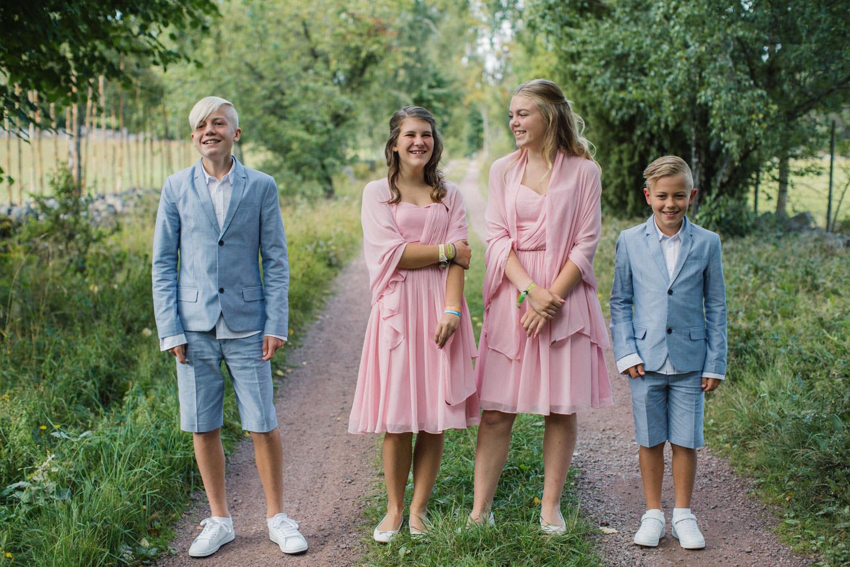 Busiga porträtt på familj före bröllop. Plats är Lövö utanför Mönsterås.