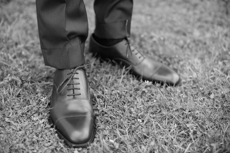 Svartvitt foto på brudgums skor från Loake 1880. Foto: Tove Lundquist, bröllopsfotograf Smygehuk.
