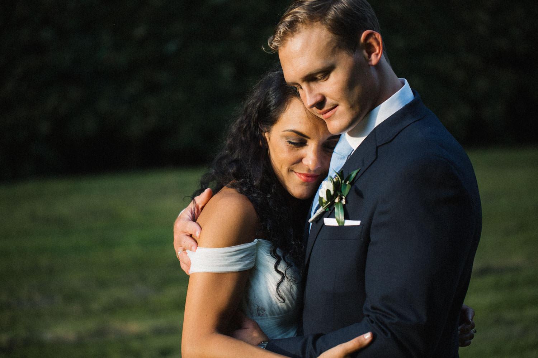 Porträtt på brudpar Ashley och Christoffer Ljungbäck, Trolleholms slott i Skåne. Tove Lundquist är bröllopsfotograf Skåne Kostym från Hart Schaffner Marx.
