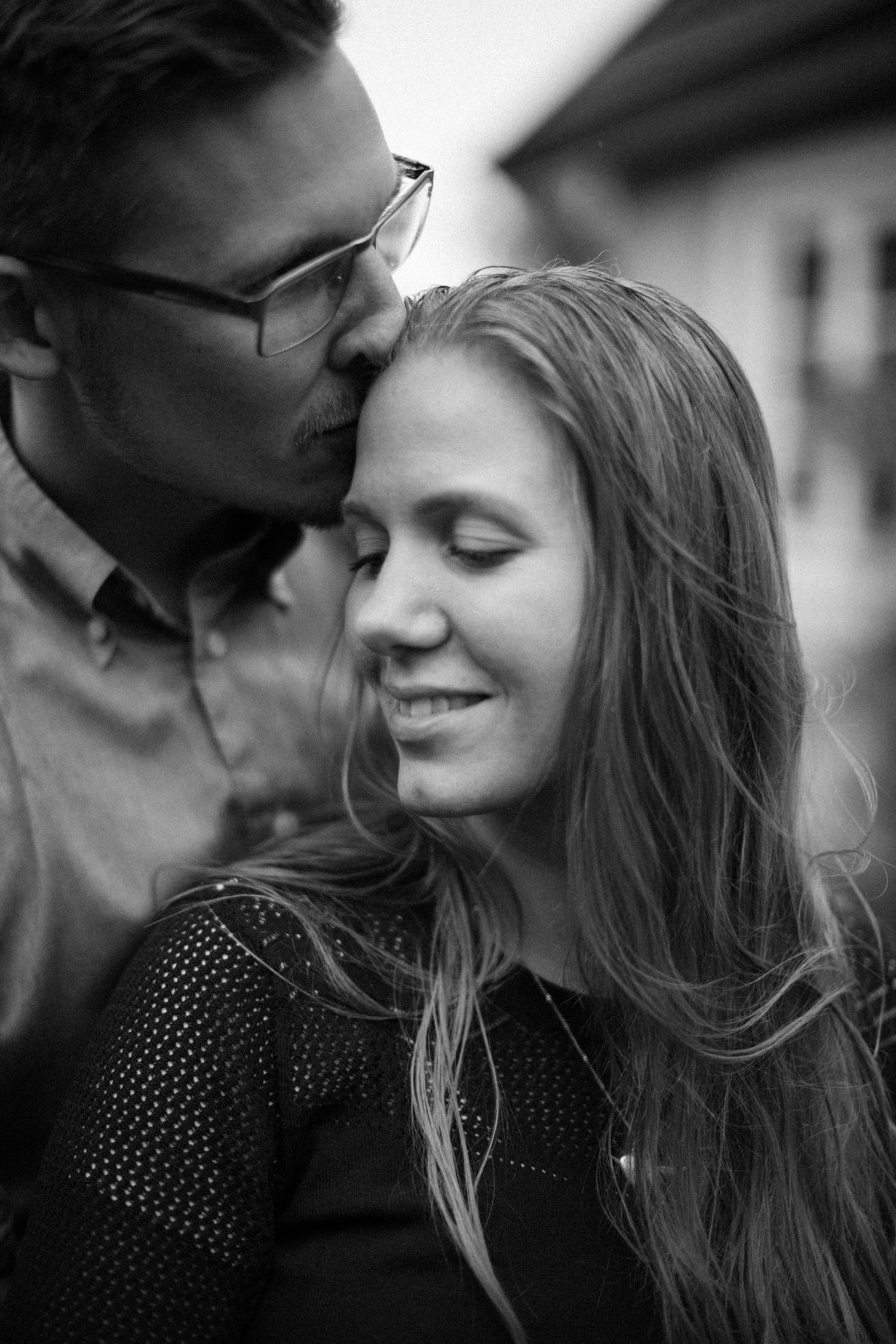 Svartvitt och kärleksfulltt porträtt på blivande brudpar under deras provfotografering i Yngsjö, Skåne. Bröllopsfotograf är Tove Lundquist.