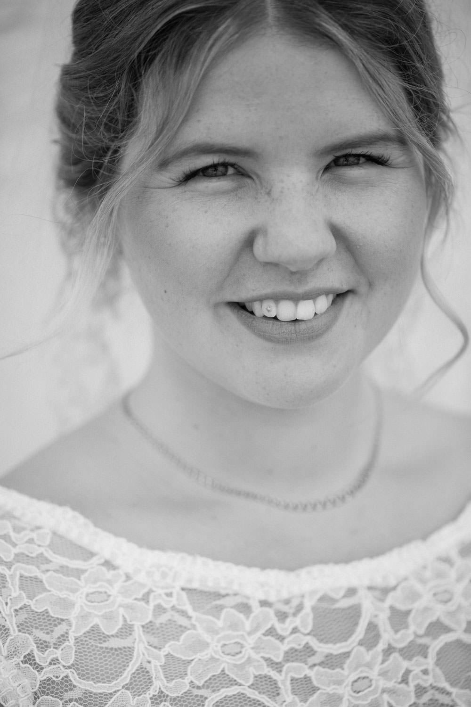Svartvitt brudporträtt, Smygehuk. Foto: Tove Lundquist, bröllopsfotograf Smygehuk.