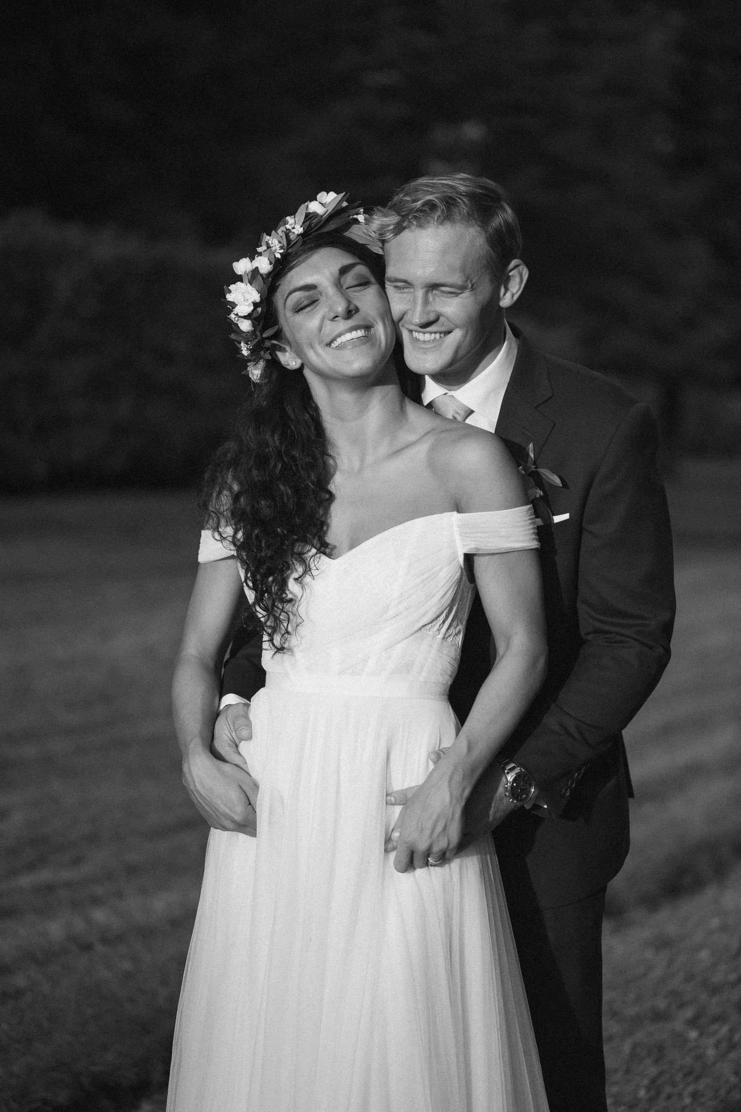Svartvitt porträtt på brudpar under bröllop på Trolleholms Slott i Skåne. Fotograf är Tove Lundquist, bröllopsfotograf Skåne. Brudklänning från Mia Grace Bridal.