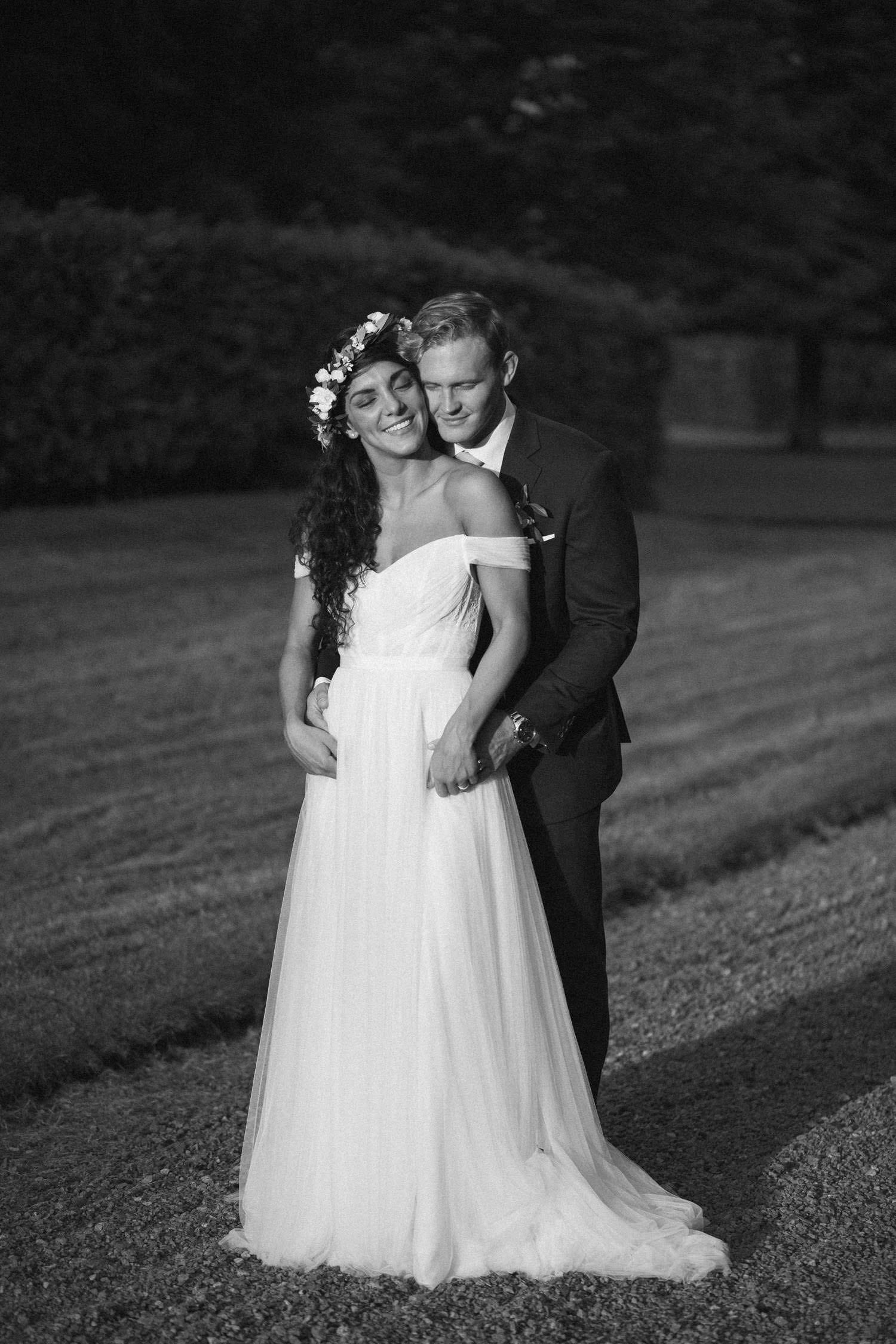 Svartvitt porträtt på Christoffer och Ashley Ljungbäck under deras bröllop på Trolleholms Slott i Skåne. Fotograf är Tove Lundquist, bröllopsfotograf Skåne. Brudklänning från Mia Grace Bridal.