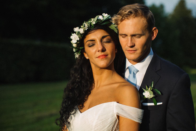 Porträtt på brud och brudgum Christoffer och Ashley Ljungbäck i trädgården på Trolleholms slott.
