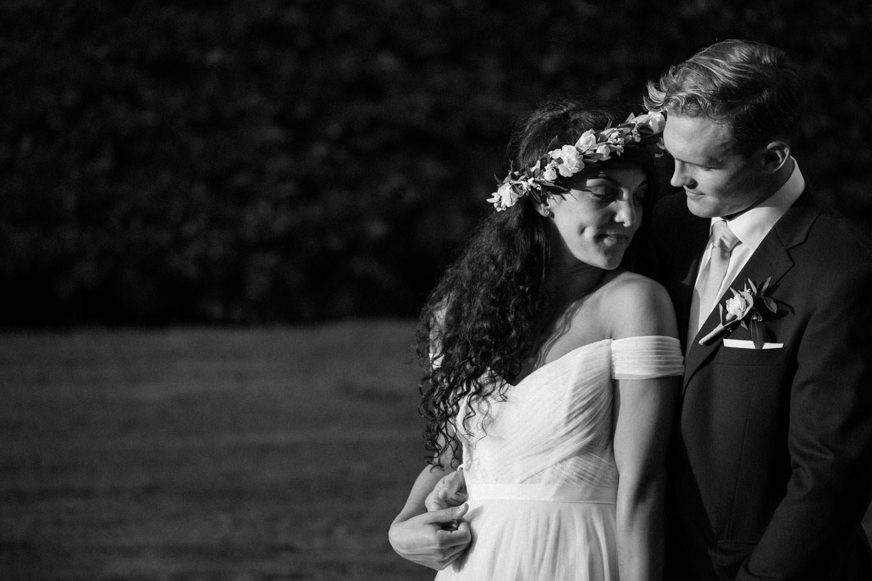 Svartvitt porträtt på brudpar i trädgården under ett bröllop på Trolleholms Slott i Skåne. Brudklänning från brudklanning-mia-grace-bridal.