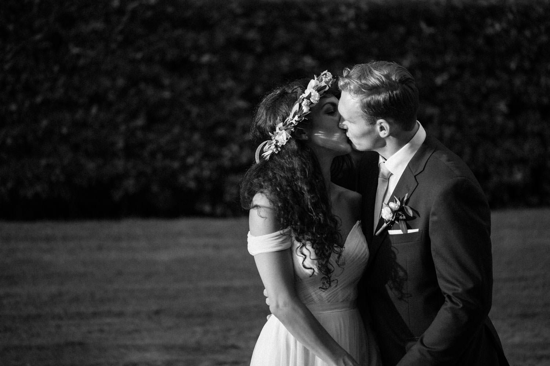 Svartvitt porträtt på brudparet Ashley och Christoffer Ljungbäck i trädgården under ett bröllop på Trolleholms Slott i Skåne.