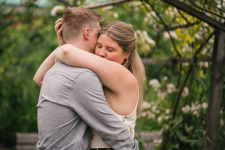 E-session i ett blomstrande Slottsträdgården, Malmö, på ett förlovat par. Foto: Tove Lundquist, bröllopsfotograf Malmö.