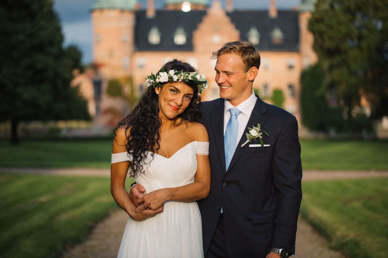 Bröllopsporträtt på brud och brudgum Christoffer och Ashley Ljungbäck i trädgården på Trolleholms slott. Bröllopsfotograf är Tove Lundquist.