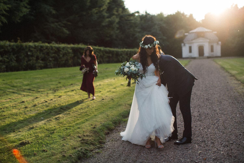Porträtt på brud och brudtärna under ett bröllop på Trolleholms slott.