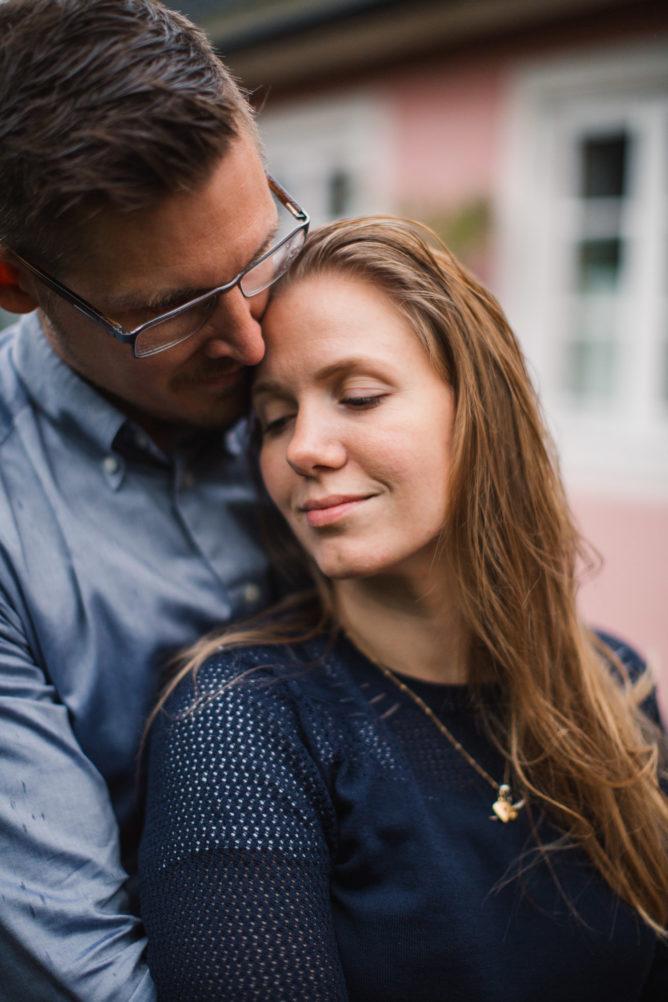 Blivande brudgum kramar om brud under deras provfotografering i Yngsjö, Skåne. Bröllopsfotograf är Tove Lundquist.