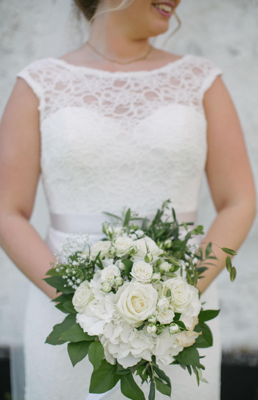 Brudklänning från Nicolai brudekjoler. Florist är Strandblomman Beddingestrand. Foto: Tove Lundquist, bröllopsfotograf Smygehuk.