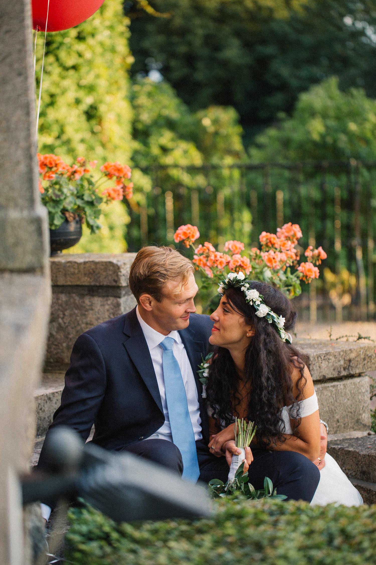 Brudpar sitter på trappan vid Trolleholms Slott. Foto av Tove Lundquist, bröllopsfotograf Skåne.