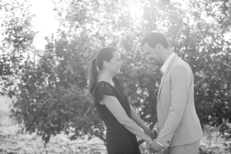 Svartvitt foto på glatt par under en provfotografering vid Utsiktspunkt Öresundsbron. Foto: Tove Lundquist.