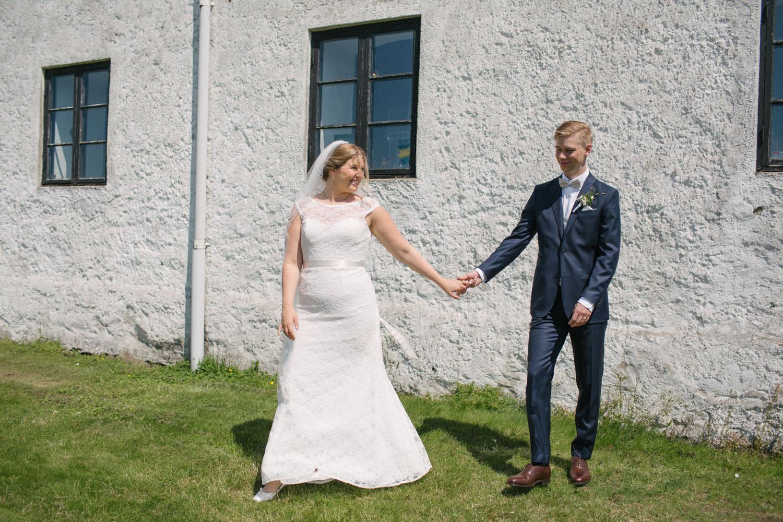 Bröllopsporträtt vid Smygehuk, Skåne. Kostym från J.Lindeberg. Väst, fluga och näsduk kommer från Splendor skrädderi i Borås. Brudklänning från Nicolai brudekjoler. Foto: Tove Lundquist, bröllopsfotograf Smygehuk.
