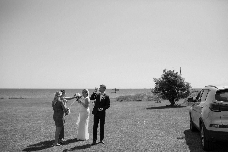 Bröllopsporträtt vid Smygehuk, Skåne. Kostym från J.Lindeberg. Väst, fluga och näsduk kommer från Splendor skrädderi i Borås. Brudklänning från Nicolai brudekjoler. Foto: Tove Lundquist., bröllopsfotograf Smygehuk