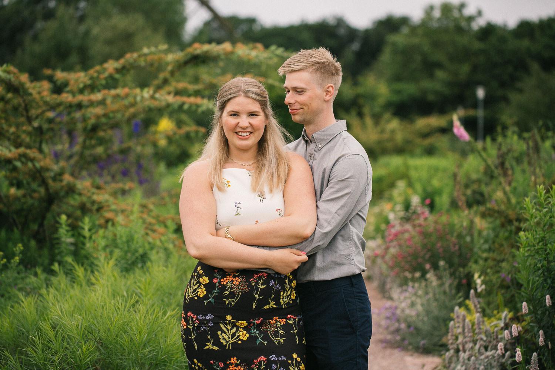 Kärleksfotografering i Slottsträdgården, Malmö, på förlovat par. Foto: Tove Lundquist, bröllopsfotograf i Malmö.