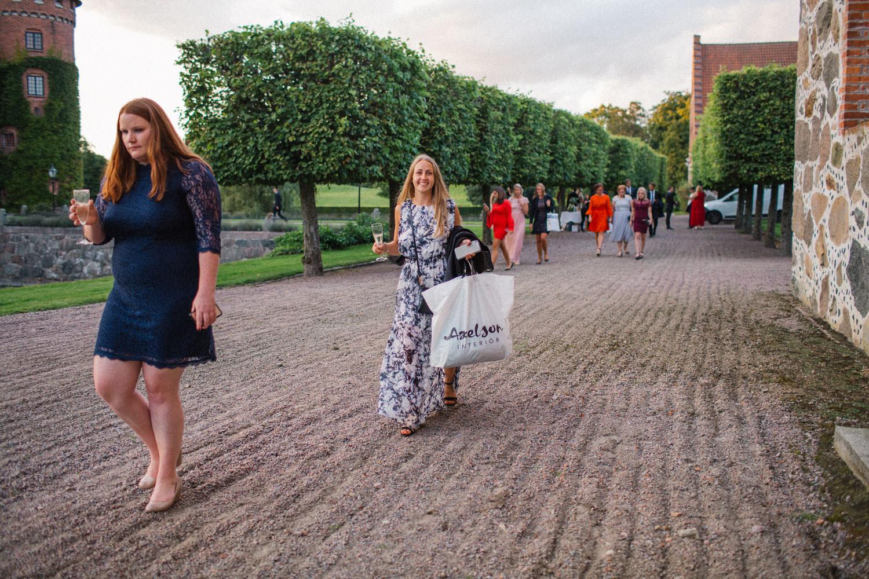 Gäster under ett bröllop på Trolleholms slott.