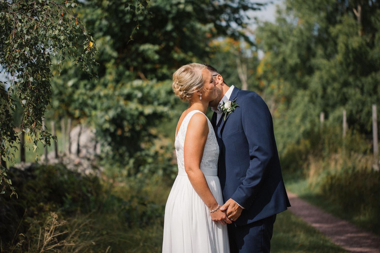 Porträtt på brud samt brudgum på vackra Lövö, bröllop i Mönsterås. Brudklänning från Sofia Moore, kostym från Dressmann.