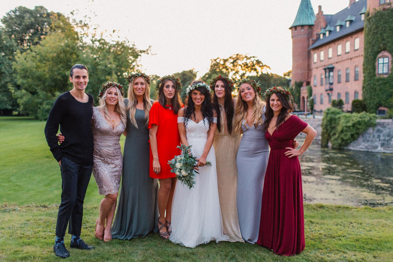 Porträtt på brudtärnor och bestman tillsammans med brudpar. Från ett bröllop på Trolleholms slott i Skåne.