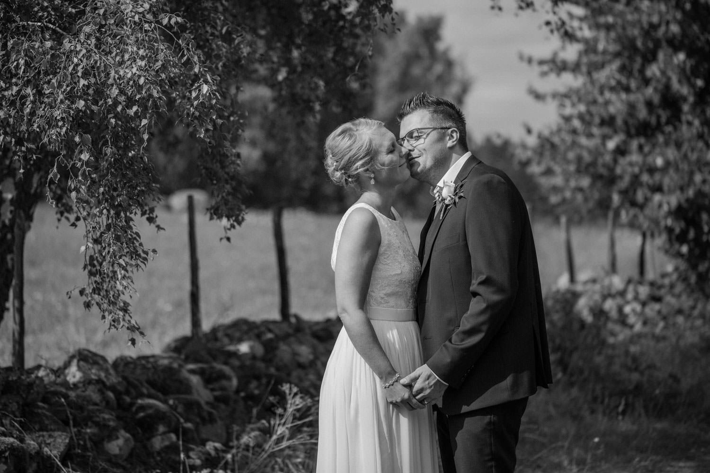 Svartvitt porträtt på brud samt brudgum på vackra Lövö, bröllopet skedde i Mönsterås. Bröllopsfotograf är Tove Lundquist. Brudklänning från Sofia Moore, kostym från Dressmann.