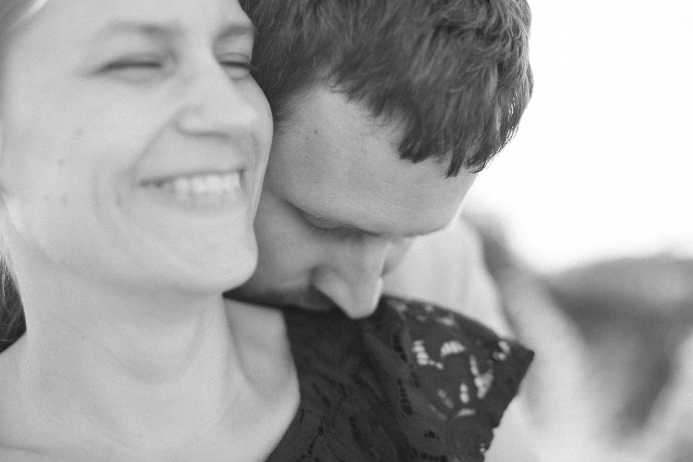 Svartvitt foto på kärleksfullt par under en provfotografering vid Utsiktspunkt Öresundsbron. Foto: Tove Lundquist.