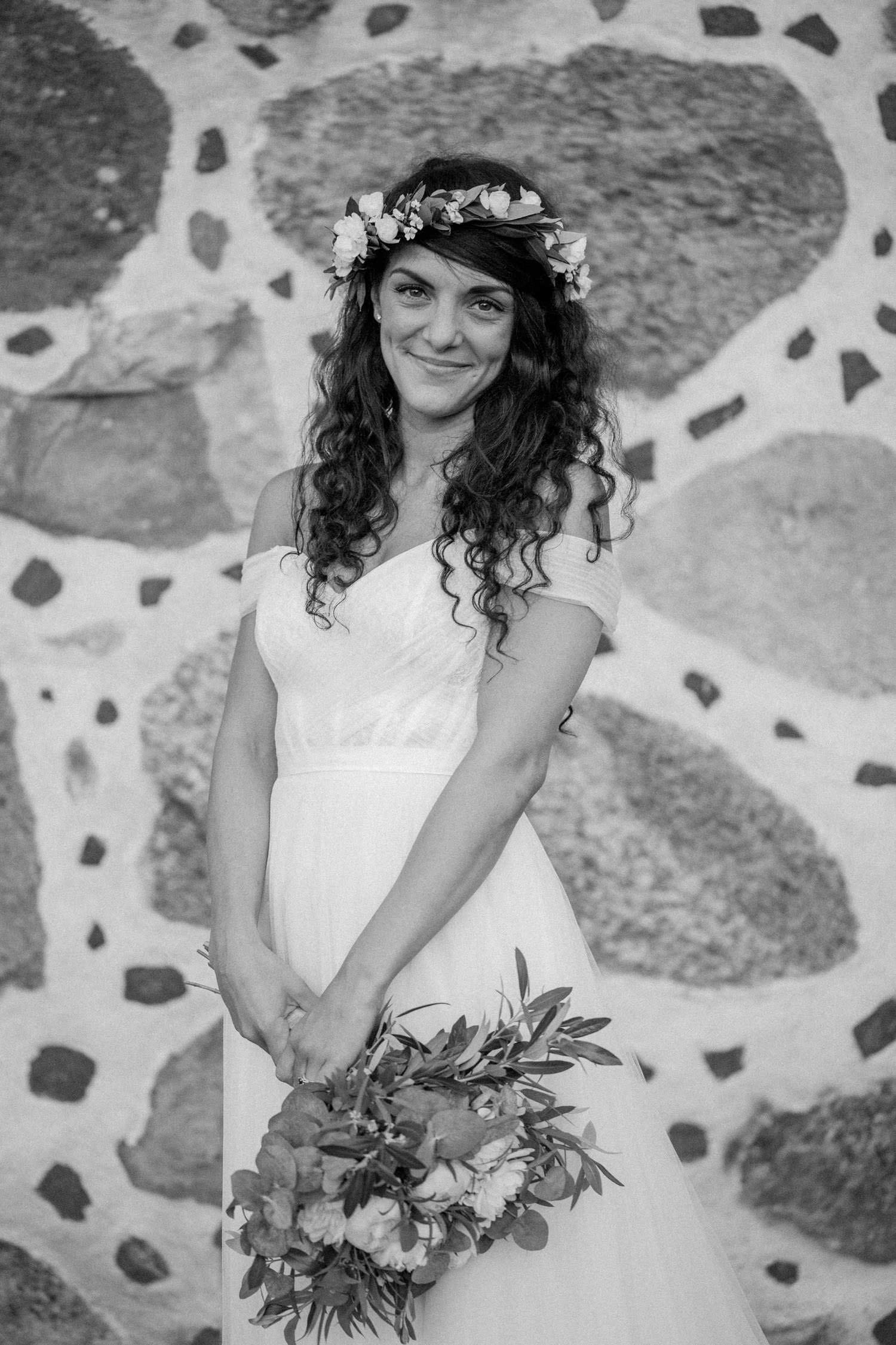 Svartvitt porträtt på Ashley Ljungbäck under hennes destinationsbröllop på Trolleholms slott, Skåne. Bröllopsfotograf är Tove Lundquist, Ashleys brudklänning kommer från Mia Grace Bridal. Florist är Lilla Hults Blommor i Ängelholm.