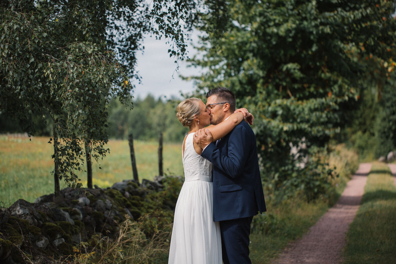 Porträtt på brud samt brudgum på vackra Lövö, bröllop i Mönsterås. Bröllopsfotograf: Tove Lundquist. Brudklänning från Sofia Moore, kostym från Dressmann.