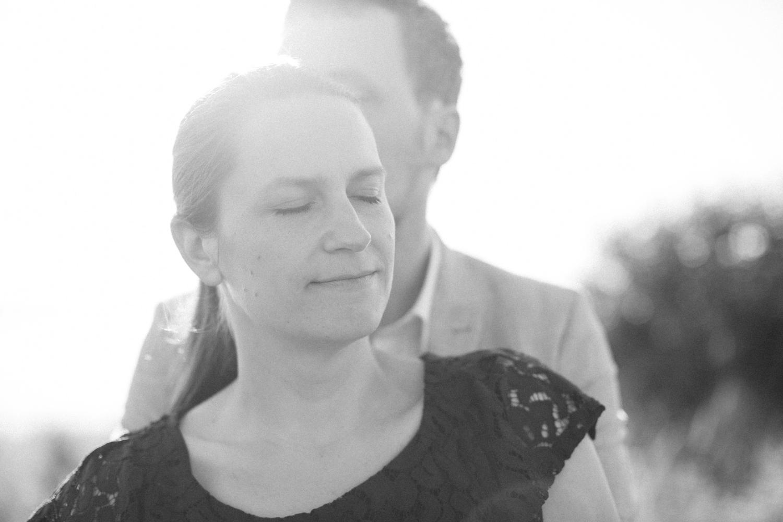 Svartvitt foto på ett brudpar under en provfotografering i Malmö. Foto: Tove Lundquist.