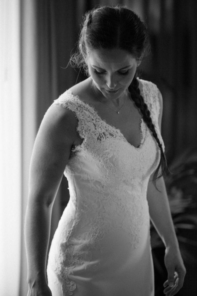 Dokumentärt brudporträtt under brudens förberedelser på Radisson Blu Metropol Hotel, bröllopsfotograf Helsingborg.