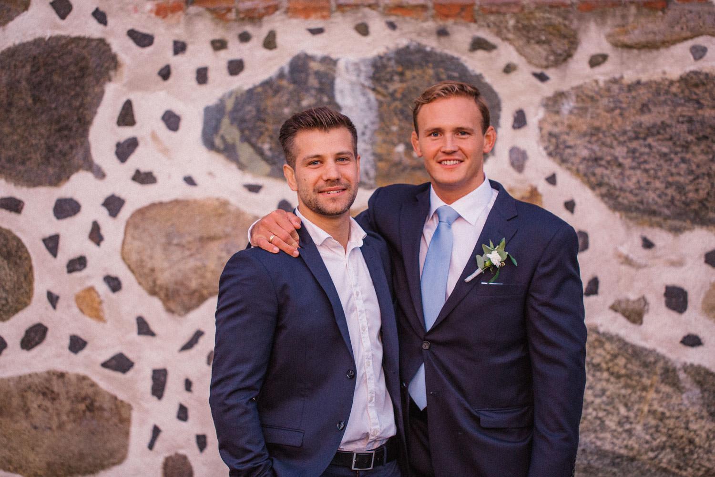 Porträtt på brudgum tillsammans med bestman under ett bröllop på Trolleholms slott i Skåne.