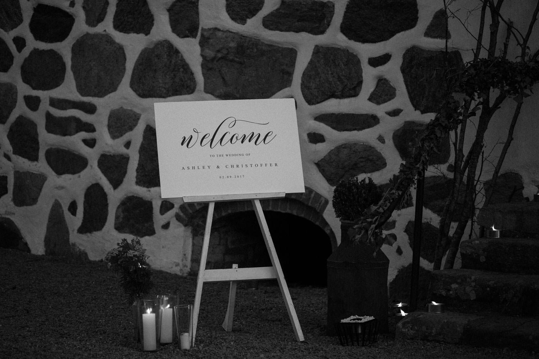 Svartvitt foto på en skylt till ett bröllop.