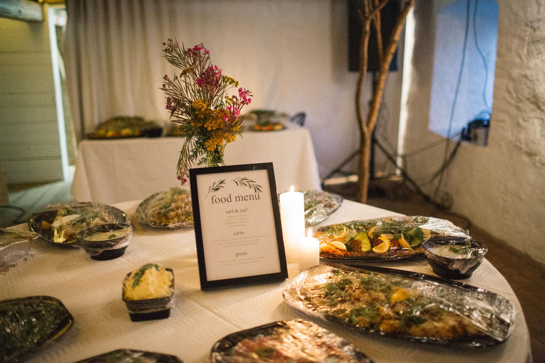 Foto på ett bord med mat från en bröllopsfest på Trolleholms slott, Skåne.