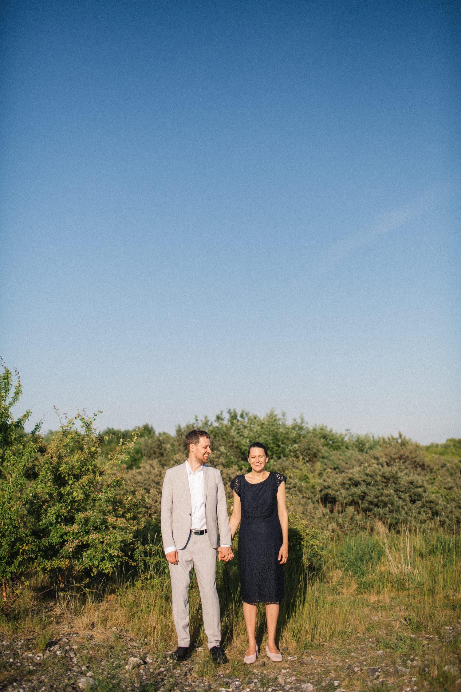 Solig bild på ett par vid Utsiktspunkt Öresundsbron under deras provfotografering. Fotograf är Tove Lundquist.