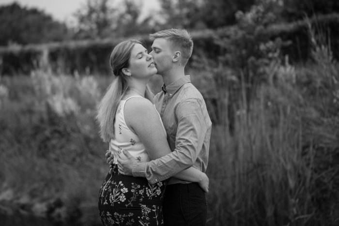 Svartvitt bild på par som skall gifta sig. Foto: Tove Lundquist, bröllopsfotograf i Malmö.