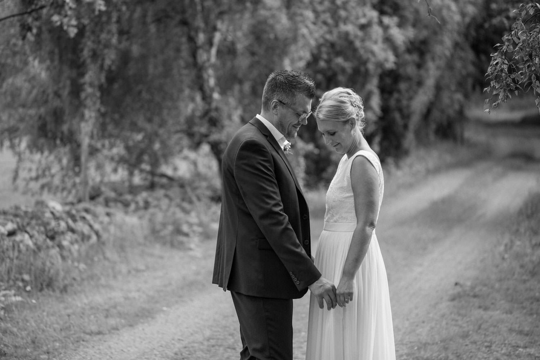 Svartvitt bröllopsporträtt på brud och brudgum på vackra Lövö, bröllop i Mönsterås. Brudklänning från Sofia Moore, kostym från Dressmann.