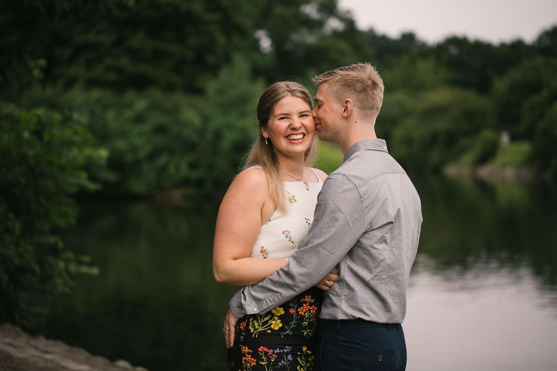 Kärleksfull Engagement session i Kungsparken på förlovat par. Foto: Tove Lundquist, bröllopsfotograf i Malmö.
