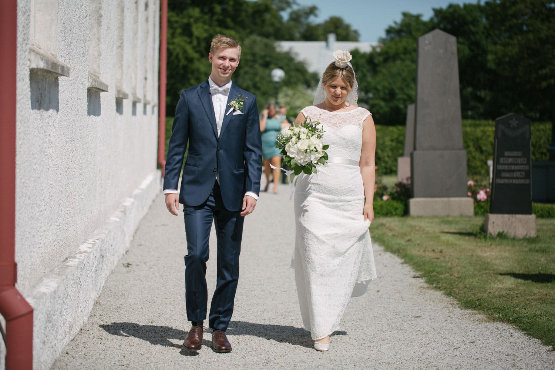 Brudpar kommer gående under en vigsel i Östra Torps kyrka, Smygehamn. Foto: Tove Lundquist.
