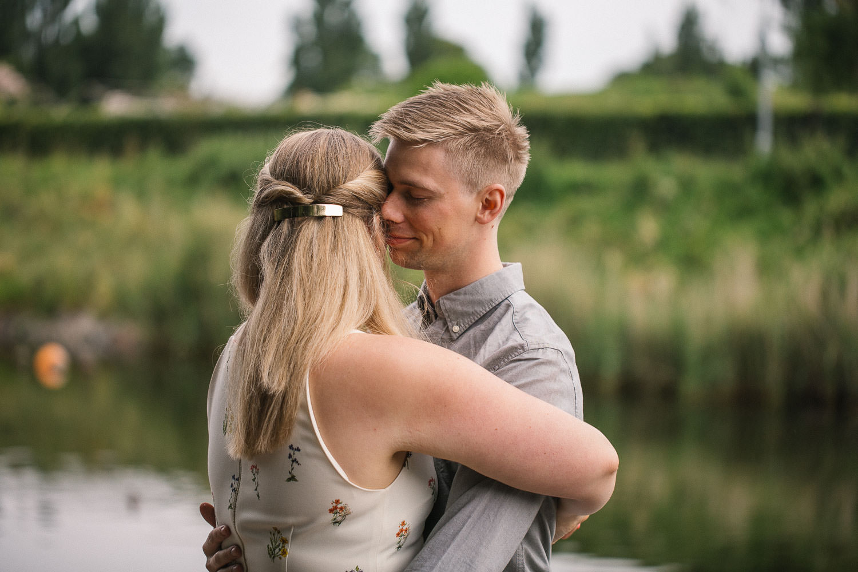 Kärleksfull e-session inför bröllop i Kungsparken på förlovat par. Foto: Tove Lundquist, bröllopsfotograf i Malmö.